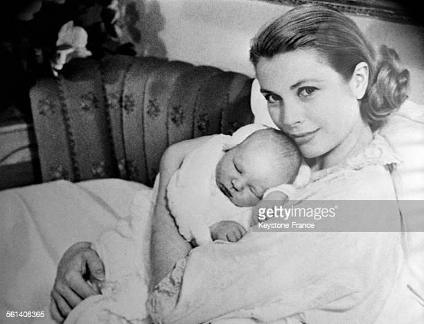 Le prince Albert dans les bras de sa maman la princesse Grace à Monaco le 19 mars 1958