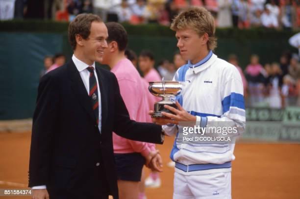 Le prince Albert de Monaco donne la coupe au vainqueur Joakim Nyström à Monaco le 27 avril 1986
