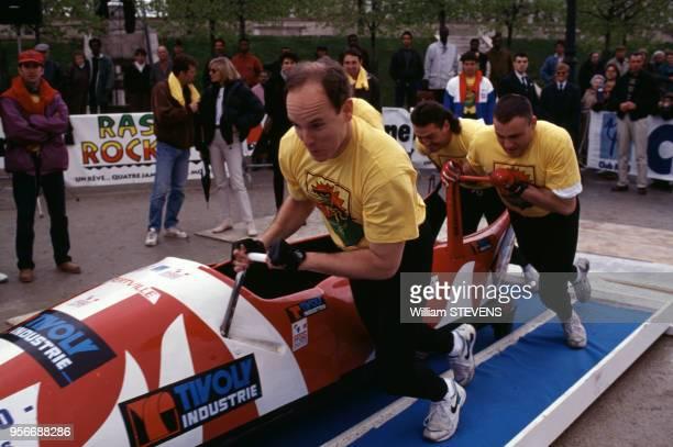 Le Prince Albert de Monaco lors du trophée de bobsleigh 'Rasta Rockett' le 10 avril 1994 en France