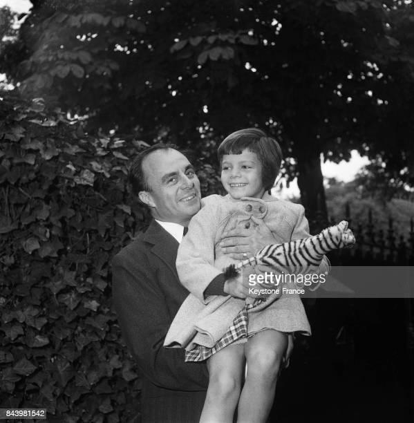 Le prince Ali Khan et sa fille Yasmin Aga Khan dans leur propriété à Neuilly France le 6 octobre 1955