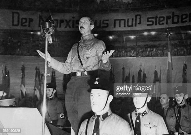 Le prince AugusteGuillaume de Prusse prononçant un discours lors d'une réunion nazie en Allemagne
