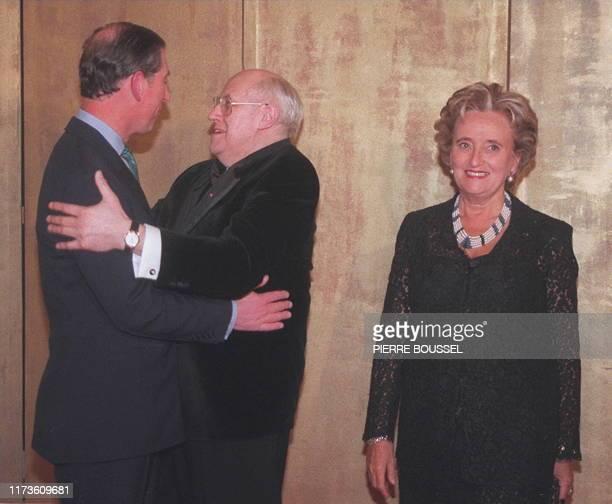 Le Prince Charles d'Angleterre plaisante avec le musicien suisse d'origine russe Mstislav Rostropovitch , qui l'accueillait au côté de Bernadette...