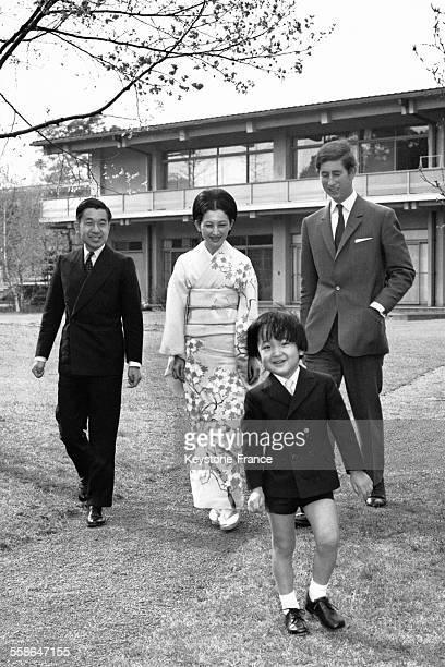 Le Prince Charles dans les jardins du Palais Togu en compagnie du Prince Akihito et de la Princesse Michiko et leur deuxieme fils le Prince Aya lors...
