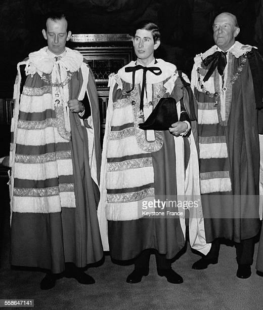 Le Prince Charles dans sa robe photographie avec ses sponsors le Duc de Kent et le Duc de Beaufort lors de son intronisation a la Chambre des Lords...