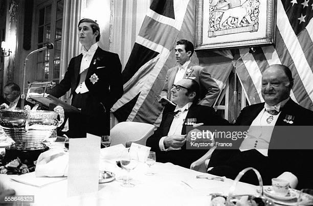 Le Prince Charles prononcant un discours lors du dinner offert en son honneur par les 'Pilgrims' de la Societe britannique d'echange angloamericains...