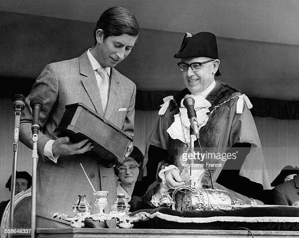 Le Prince Charles recevant le parchemin enferme dans un coffret le nommant citoyen d'honneur des mains du Maire le 27 juin 1970 a Windsor RoyaumeUni