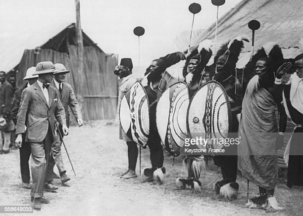 Le prince de Galles passe en revue les chefs de la tribu Kikuyu circa 1930 a Nairobi au Kenya