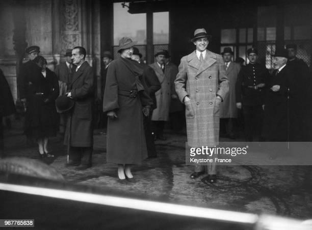 Le prince des Asturies Juan de Bourbon y Battenberg et sa femme la princesse Maria de las Mercedes de Bourbon sortant de la gare de Lyon à leur...