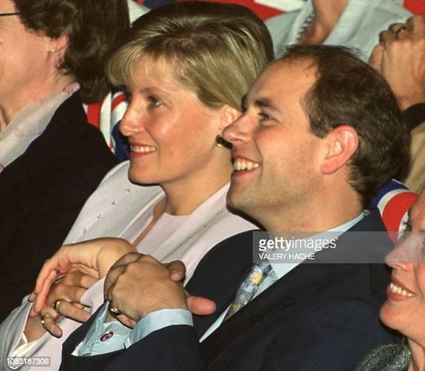 le prince Edward assiste le 03 octobre 1999 au Palais des Arts de Dinard en compagnie de son épouse Sophie à la cérémonie de clôture du 10e Festival...