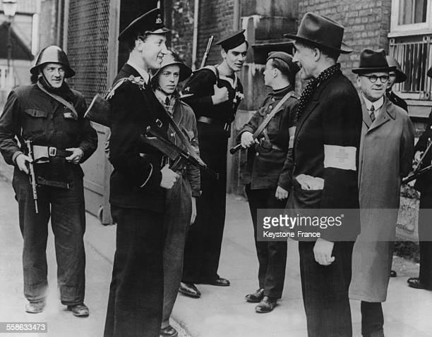 Le Prince Fleming fils du Prince Axel cousin du Roi Christian X parle avec des membres du mouvement de la resistance danoise apres la liberation du...
