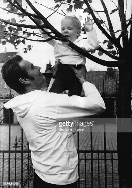 Le Prince Henrik jouant avec son fils cadet le Prince Joachim lors de leur sejour le 1 novembre 1970 au Groenland