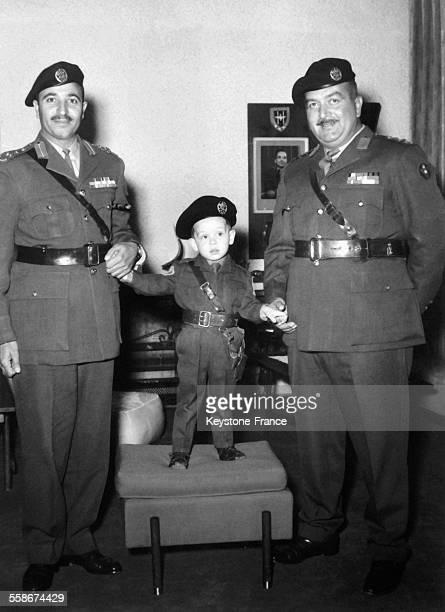 Le prince heritier Abdullah de Jordanie, 3 ans, avec son oncle Sherif Nasser qui commande le regiment qui appartient au Prince Abdullah, le 5 fevrier...