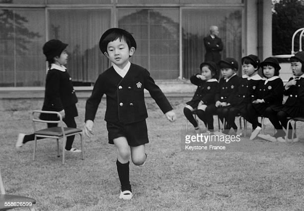 Le Prince heritier du Japon Hiro Naruhito gambadant parmis ses camarades au jardin d'enfants comme n'importe quel petit garcon de 5 ans a Tokyo Japon...