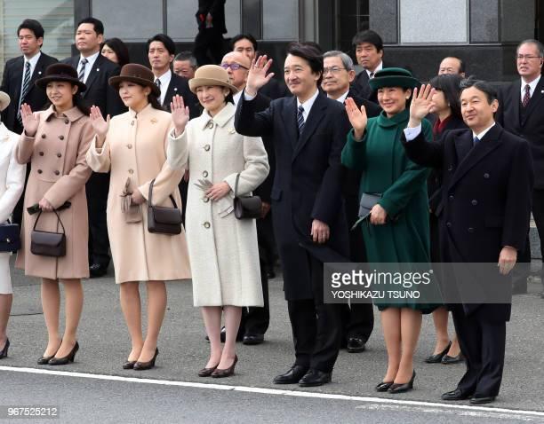 Le prince héritier Naruhito la princesse Masako le prince Akishino la princesse Kiko et des membres de la famille impériale saluant de la main le...
