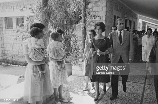 Le prince Juan Carlos d'Espagne avec la princesse Sofia de Grèce visitant une école à Athènes.