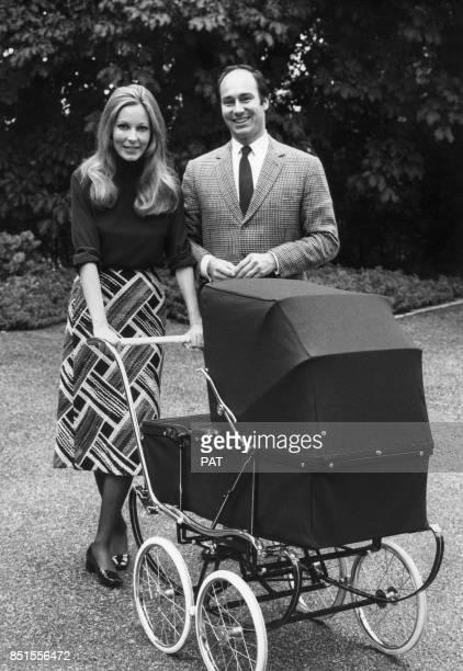 Le prince Karim Aga Khan IV et son épouse la princesse Salimah Aga Khan avec leur fille Zahra en France circa 1970