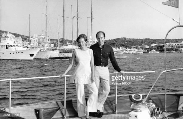 Le prince Karim Aga Khan IV et son épouse Salimah Aga Khan sur leur yacht l'Ameloun à Porto Cervo Italie en août 1971