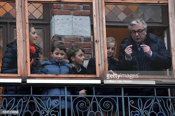 Le Prince Laurent la Princesse Claire et leurs enfants Aymeric Nicolas et Louise assistent au Carnaval de Binche Carnaval Binche in aanwezigheid van...