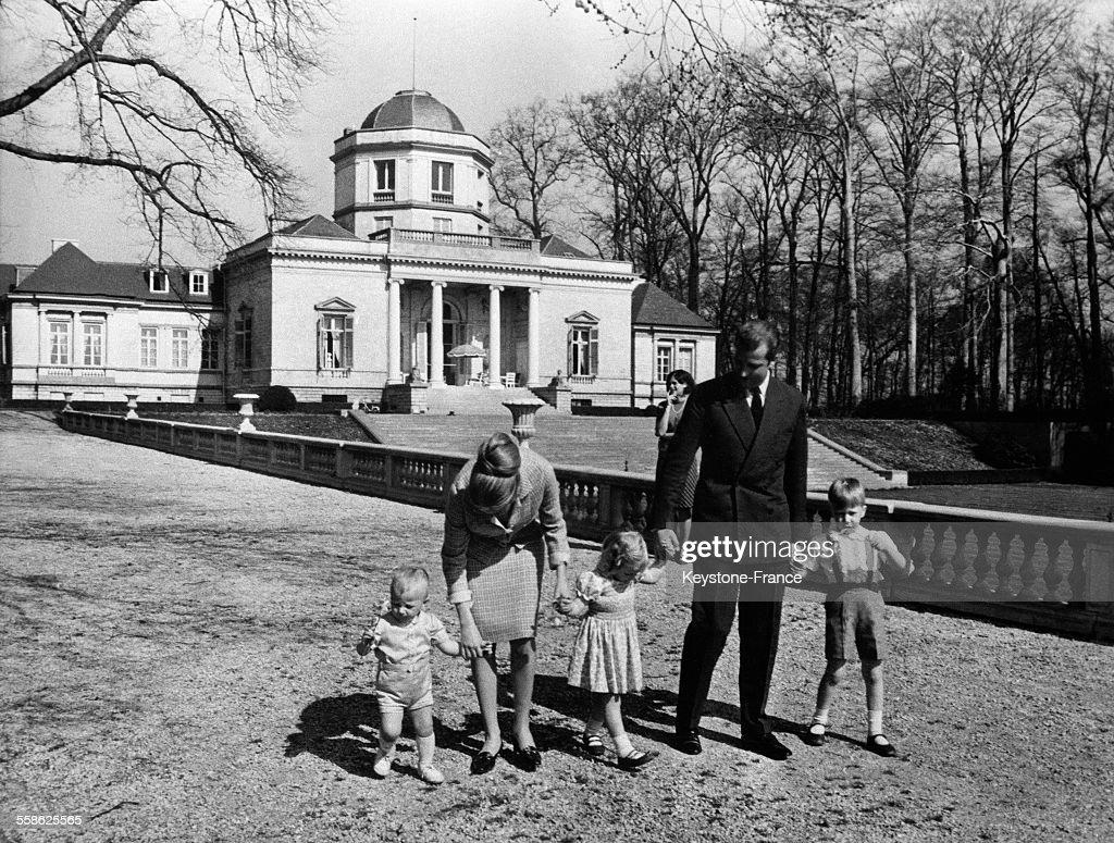 Le prince Laurent (1 an et demi), la princesse Paola, la princesse Astrid de Belgique (3 ans), le prince Albert de Belgique et le prince Philippe (5 ans) se promenant dans le jardin a l'occasion du 5eme anniversaire du prince Philippe de Belgique au chateau du Belvedere le 9 avril 1965, a Bruxelles, Belgique.