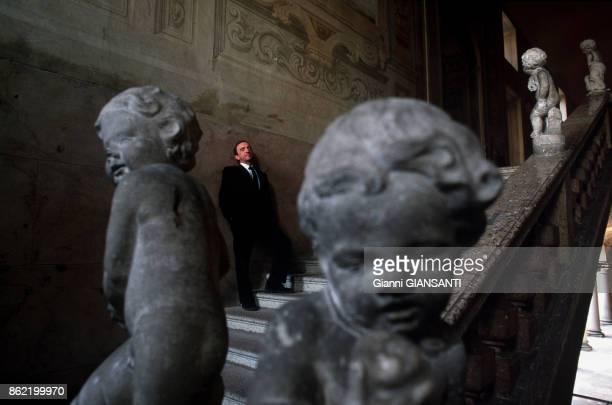 Le Prince Meli Lupi di Soragna Diofebo dans l'escalier de son palais à Castello Soragno près de Parme le 18 février 1988 Italie