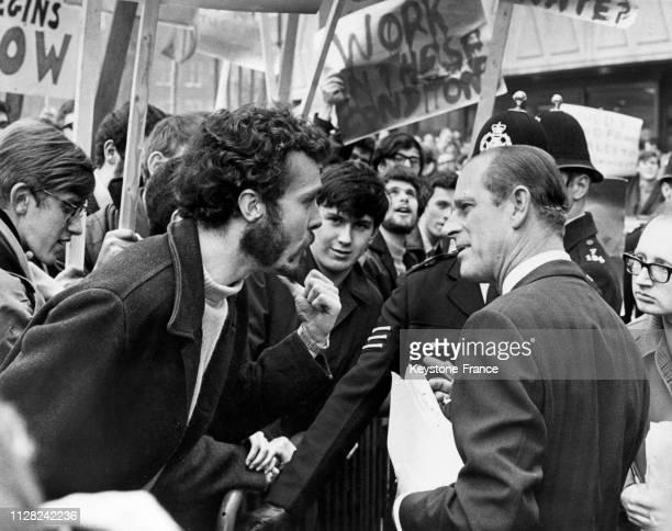 Le prince Philip au milieu de tous les protestataires lors de sa visite à l'université de Salford, Royaume-Uni, le 2 décembre 1968.