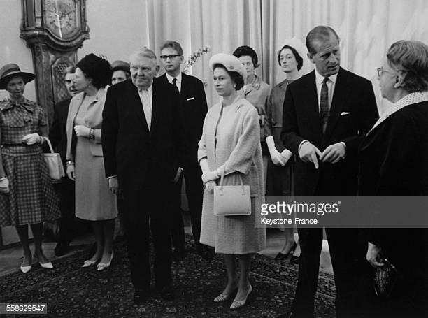 Le prince Philip et la reine Elisabeth II durant la reception donnee en leur honneur par le chancelier Ludwig Erhard durant la visite officielle...