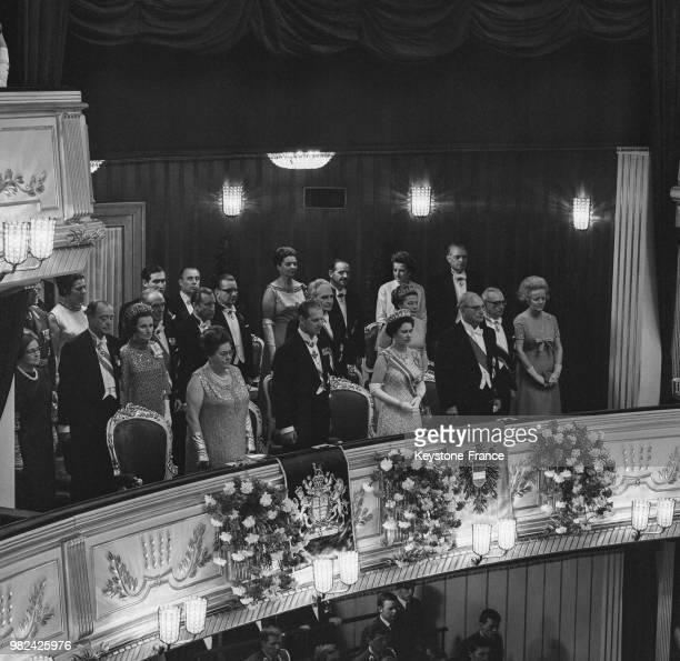 Le prince Philip la reine Elisabeth II et le président autrichien Franz Jonas à l'opéra à Vienne en Autriche en mai 1969