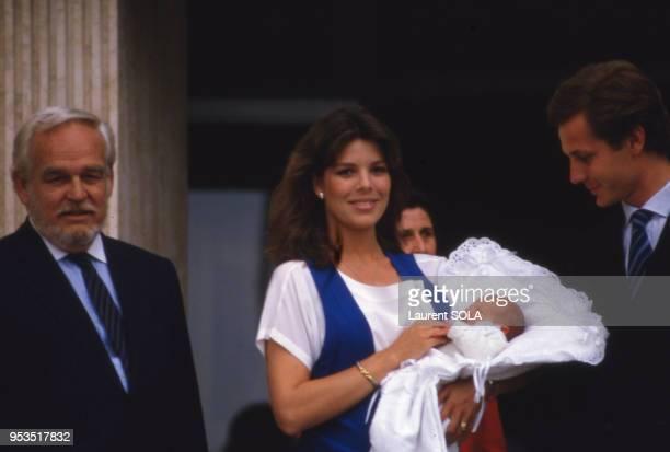 Le prince Rainier de Monaco avec sa fille la princesse Caroline et son époux Stefano après la naissance de leur fils Andrea le 10 juin 1984 à Monaco