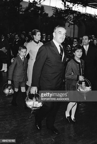 Le Prince Rainier et la Princesse Grace de Monaco avec leurs enfants Stéphanie et Albert circa 1960