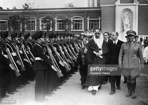 Le prince Saoud ben Abdelaziz Al Saoud passant en revue l'armée italienne sur le forum à Rome Italie le 24 mai 1935