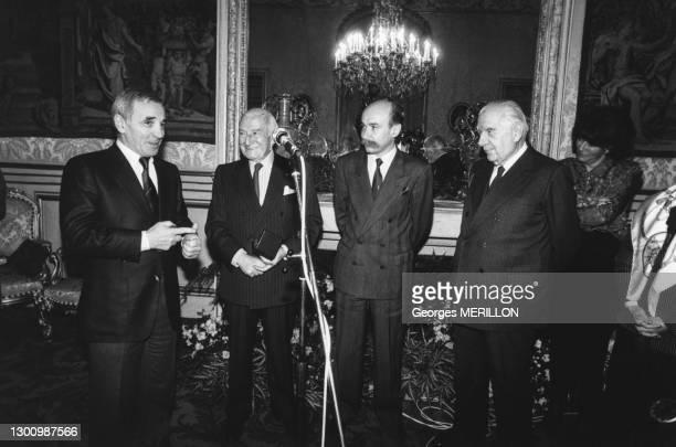 Le 'Prix anti-raciste Bernard Lecache 1987' a été décerné à Charles Aznavour pour sa chanson 'Les émigrants' en présence de Claude Malhuret,...