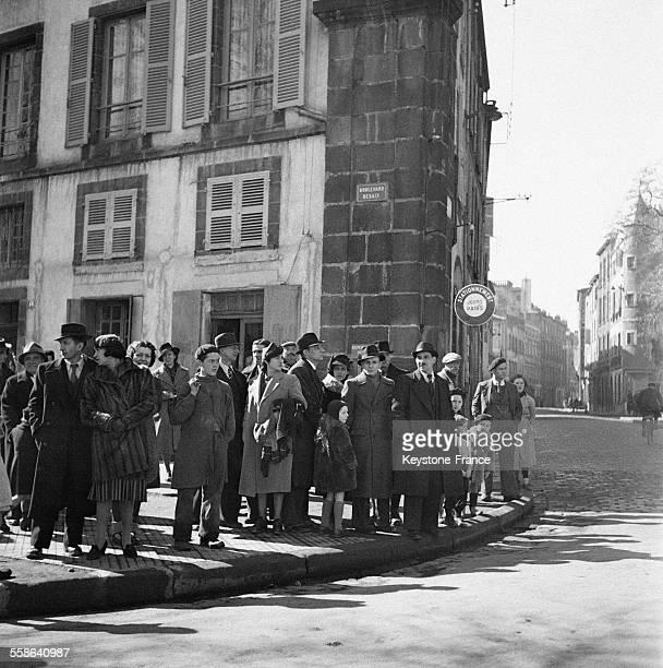 Le proces attire une foule de curieux dans les alentours du palais de justice a Riom France 1942