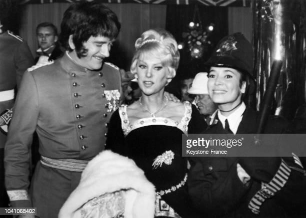 Le producteur Eddie Barclay déguisé en amiral Nelson en compagnie des actrices Martine Carol et MarieJosé déguisée en policeman lors d'une soirée...