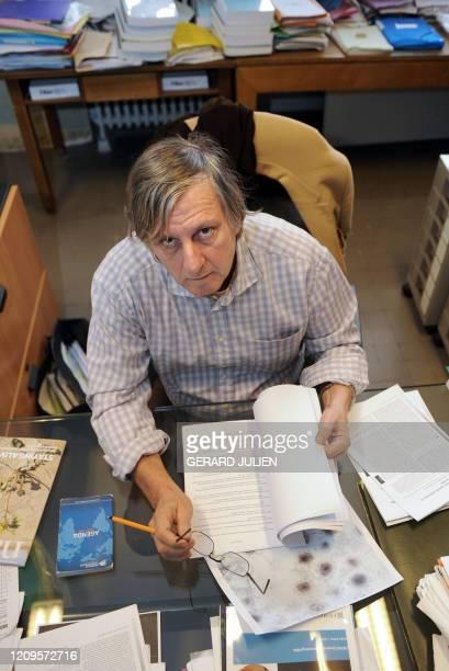 Le professeur Didier Raoult, virologue, pose le 16 décembre 2009, dans son bureau à l'Université de Médecine d'Aix-Marseille 2, où il dirige l'unité...