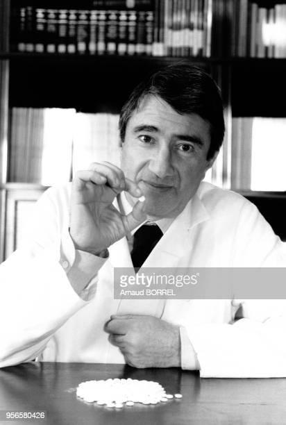 Le Professeur Etienne-Emile Beaulieu dans son laboratoire de l'Hôpital du Kremlin-Bicêtre met au point la pilule abortive RU486 le 5 décembre 1984 à...