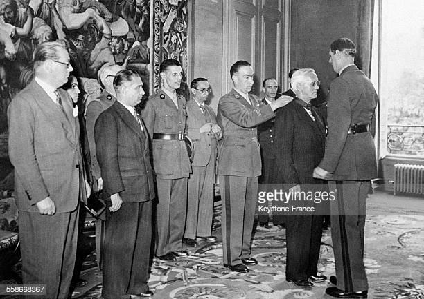 Le professeur FLeming est décoré par le Général de Gaulle en 1944