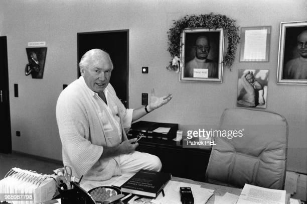Le professeur Julius Hackethal médecin proeuthanasie dans son bureau de Munich Allemagne en août 1987