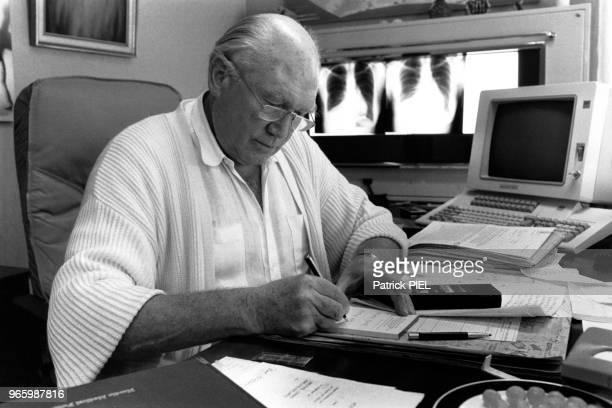 Le professeur Julius Hackethal militant pour l'euthanasie en août 1987 à Munich Allemagne