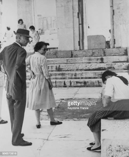 Le professeur Oppenheimer en vacances avec sa femme et sa fille à Athènes Grèce le 22 juin 1958