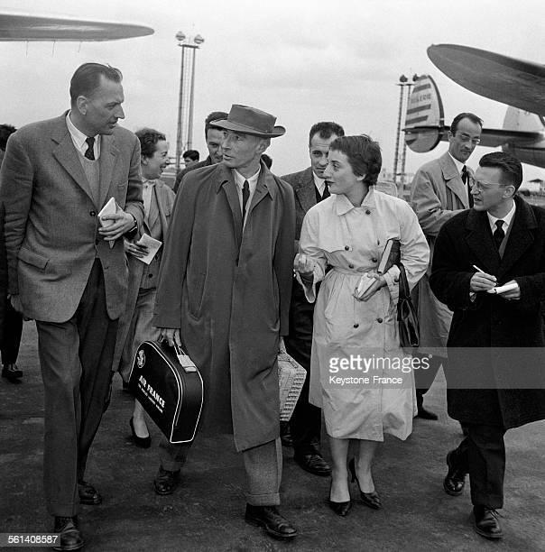 Le professeur Oppenheimer le père de la bombe atomique à sa descente d'avion à l'aéroport d'Orly France le 19 avril 1958