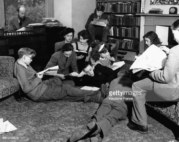 Le proviseur Robert Copping travaillant à son bureau et le laissant ouvert aux élèves pour qu'ils puissent étudier à tout moment le 7 avril 1949 à...