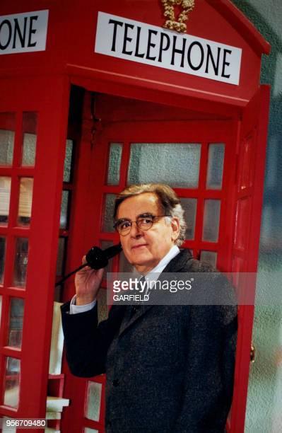Le présentateur Bernard Pivot dans une cabine téléphonique anglaise sur le plateau de l'émission Bouillon de Culture avec pour thème 'les Anglais...