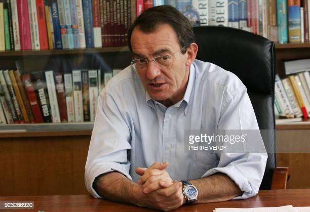Le présentateur du journal télévisé de TF1 JeanPierre Pernaut s'exprime dans son bureau le 17 février 2006 à BoulogneBillancourt JeanPierre Pernaut...