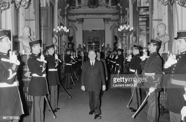 Le président Alain Poher arrive au Sénat lors d'un débat le 20 novembre 1981 à Paris France
