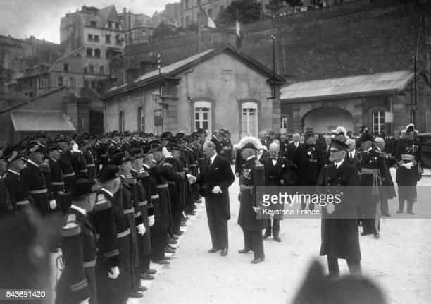 Le président Albert Lebrun salue les officiers à son arrivée à l'arsenal en mai 1936 à Brest France