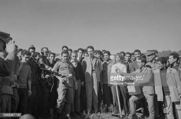 Le président algérien Boumédiene entouré de volontaires venus planter des arbres dans la commune de Rivet en Algérie en février 1967