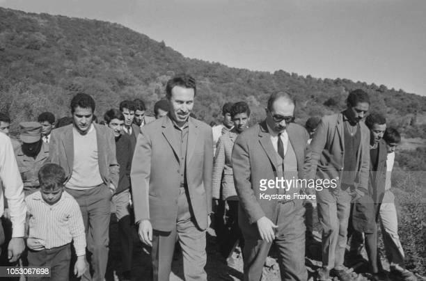 Le président algérien Boumédiene venu féliciter les volontaires venus planter des arbres dans la commune de Rivet en Algérie en février 1967