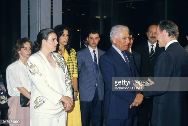 Le président algérien Chadli Bendjedid accompagné de son épouse Halima reçoit le ministre français de la Justice Albin Chalandon lors du 25ème...
