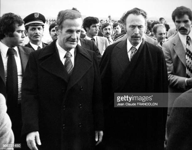Le président algérien Houari Boumédiène accueille le président syrien Hafez elAssad lors d'un sommet arabe à Alger le 1er février 1978 Algérie
