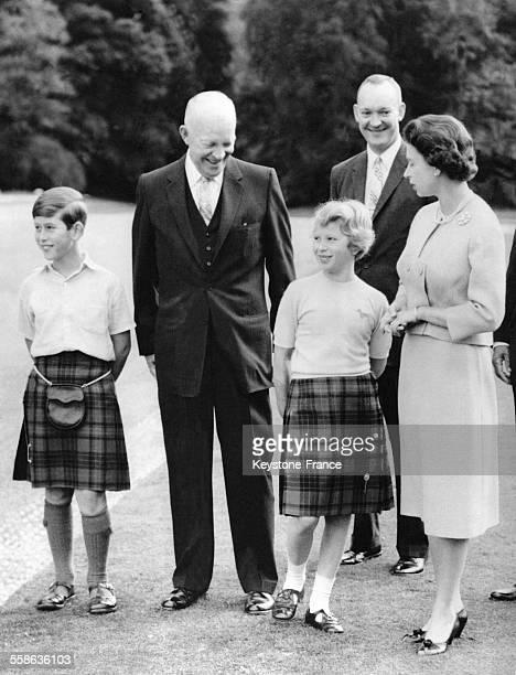 Le Président américain Dwight Eisenhower et son fils le Major John Eisenhower sur la pelouse du chateau de Balmoral avec la Reine Elizabeth et ses...
